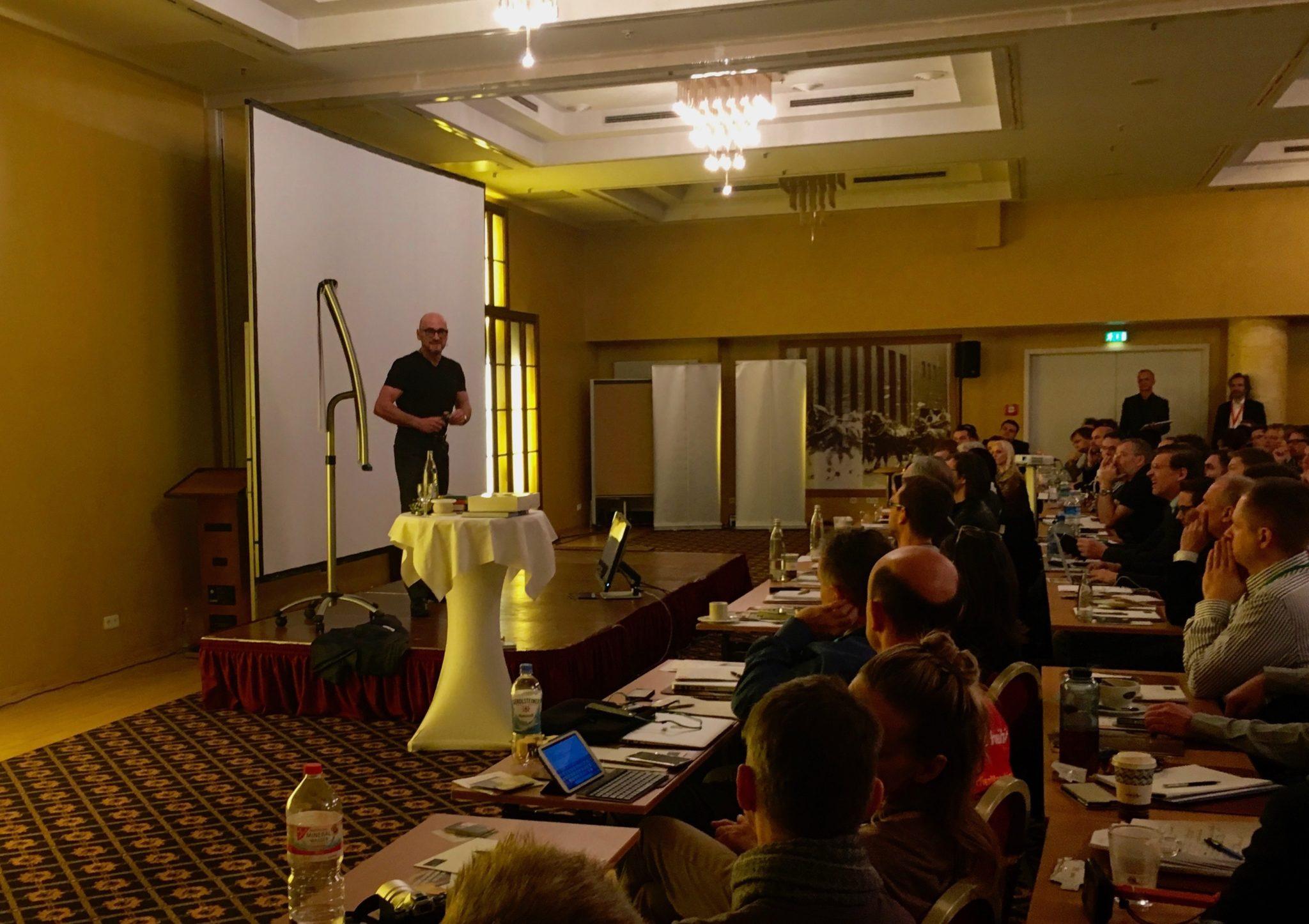 Jochen Schweizer rockt die Bühne auf dem Internet Marketing Kongress 2016