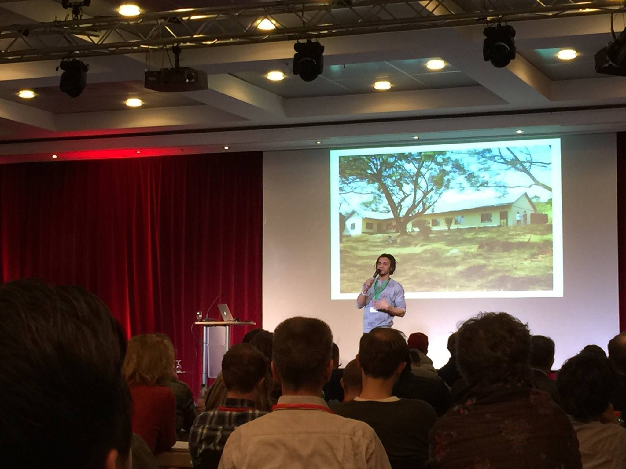 Johnny Strange von Culcha Candela auf der Bühne beim Internet Marketing Kongress 2015