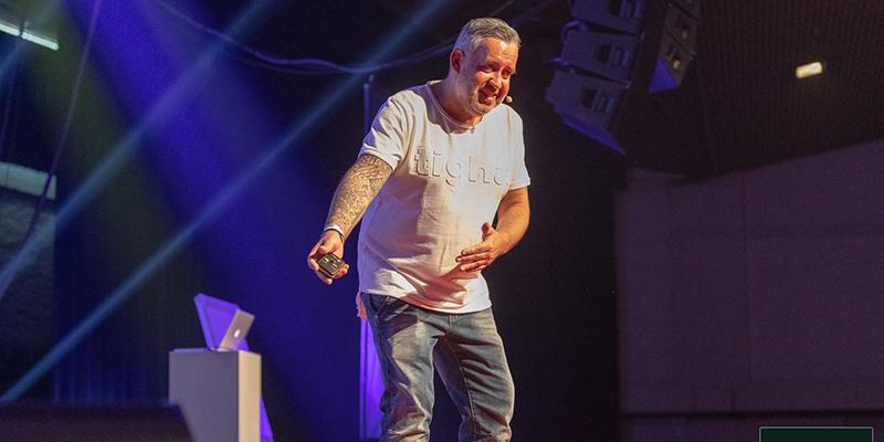 Ralf Schmitz als Speaker auf der Bühne des IMK in Offenbach 2019